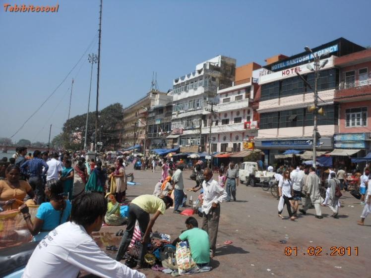 Na beira do Ganges é sempre movimentado. Muitos vendedores ambulantes, também.