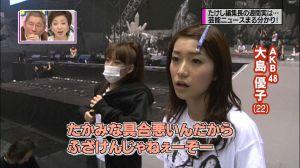 A estrela japonesa Yuko Oshima (camisa branca) sem maquilagem