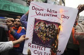 Protestando contra a cultura ocidental com pôster escrito em inglês.
