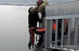 Resgate de um rapaz que tentou se matar saltando da ponte