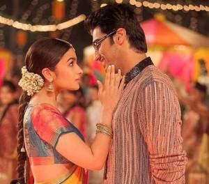 Uma foto do filme  2 states, o qual conta a estória de amor de um casal de grupos étnicos diferentes (tamil e punjabi)