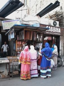 Este estilo de vestimenta muçulmana eu só vi até hoje em Mumbai. Me corrijam, se eu estiver errada.