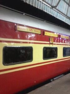 Bhuj Express saindo do Terminal de Bandra em Mumbai