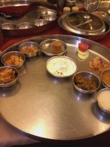 Gujarati Thali - Ainda incompleto. Outros pratos seriam adicionados a ele em seguida.