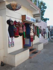 Paraíso das compras - A rua principal é repleta de lojinhas como esta.
