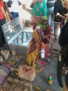 """Visita ao vilarejo da tribo Harijan (os chamados """"intocáveis"""" ) e sua bela arte em verniz."""