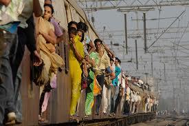 Cena corriqueira nos trens de Mumbai.