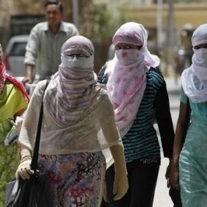 Verão com pouca roupa é pensamento ocidental. Na Ásia, o pessoal se cobre todo a fim de evitar os raios solares.