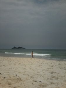 Uma grávida de biquini na praia: cena impensável para a maioria dos países asiáticos.
