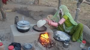 Cena tipica de uma mulher indiana cozinhando na zona rural