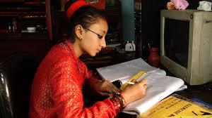 A antecessora da mais recente kumari, estudando.